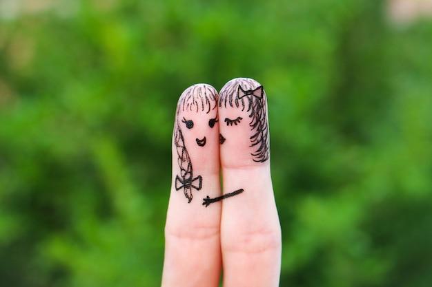 Vrouw kust zijn vriendin op de wang
