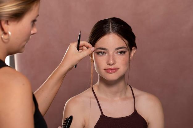 Vrouw laat haar make-up doen door een professional