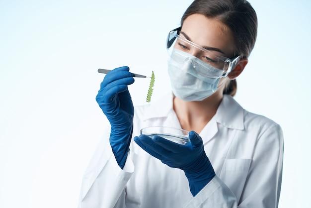 Vrouw laboratorium assistent medisch masker onderzoek chemie close-up