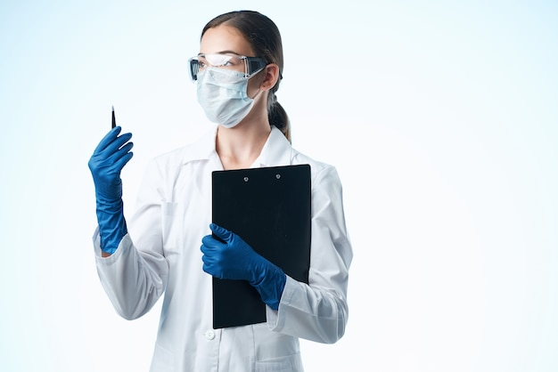 Vrouw laboratoriumassistent met medisch masker scheikunde wetenschap technologie