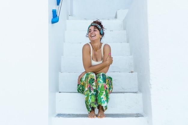 Vrouw lachen op tropische vakantie. vrouw op het strand op spaanse reisbestemming.