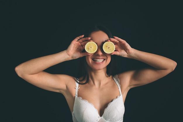 Vrouw lachend geluk cover oog speels citroen portret.