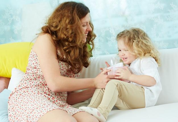 Vrouw lachend met haar dochtertje