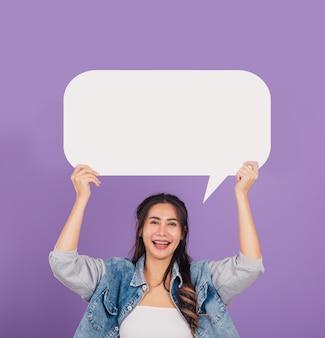 Vrouw lachend opgewonden slijtage denims houden leeg tekstballon teken