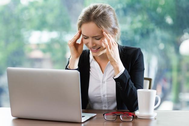 Vrouw lachend te kijken naar een laptop