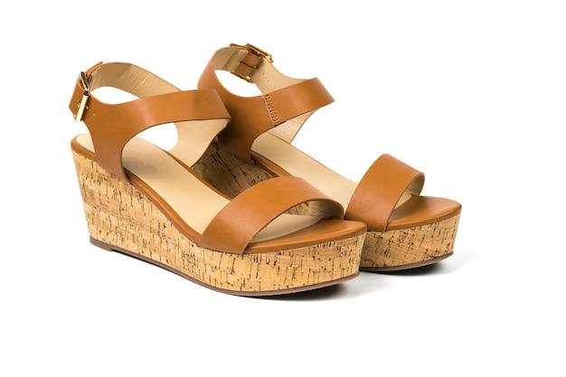 Vrouw lederen sandalen voor warm weer geïsoleerd op een wit oppervlak