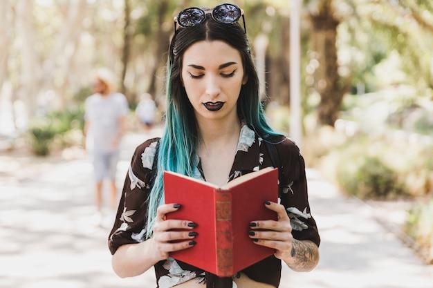 Vrouw leesboek in het park