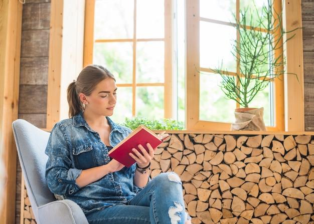 Vrouw leesboek met concentratie