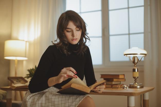Vrouw leesboek thuis