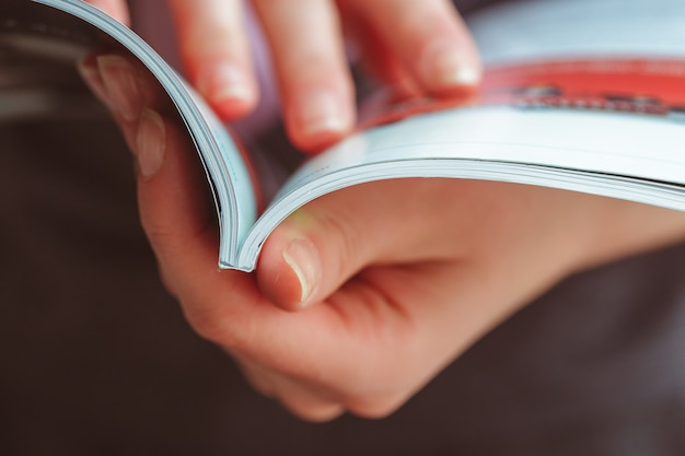 Vrouw leesmagazine thuis