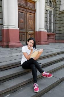 Vrouw leest boek.