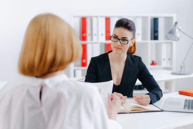 Vrouw leest document