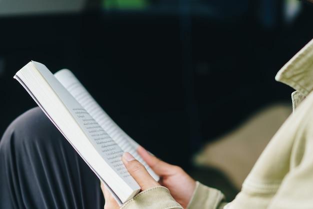 Vrouw leest een boek in een prachtig park en een vijver, ontspannen en vredige omgeving