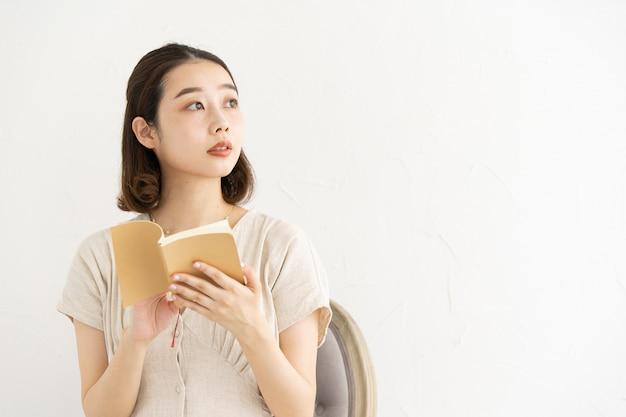 Vrouw leest het boek