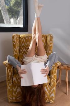 Vrouw leest ondersteboven