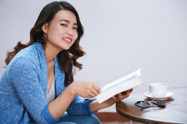 Vrouw leest roman