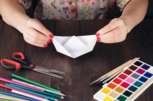 Vrouw leidt origami op