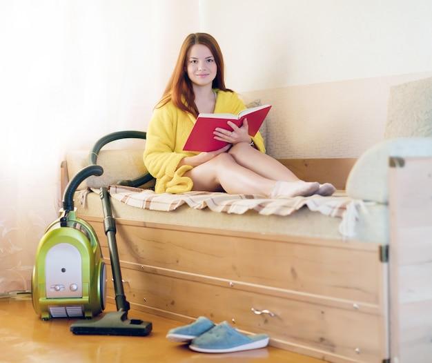 Vrouw leidt uit huishoudelijke taken