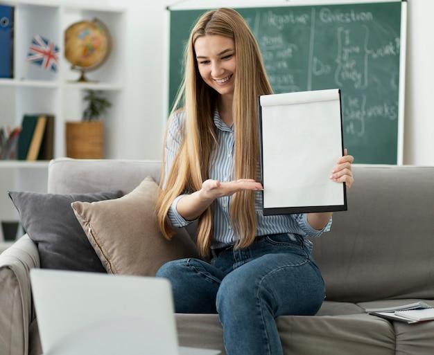Vrouw lesgeven aan kinderen in engelse les online