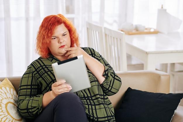 Vrouw lezing artikel op tablet