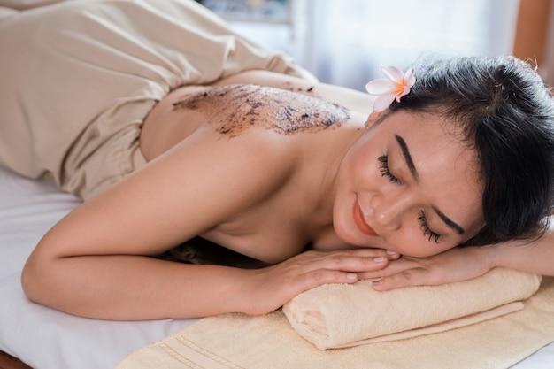 Vrouw lichaam massagebehandeling