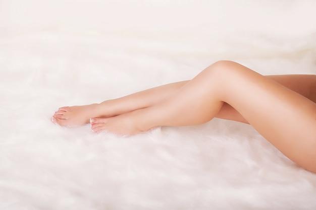 Vrouw lichaamsverzorging. close up van lange vrouwelijke benen met perfect gladde zachte huid.