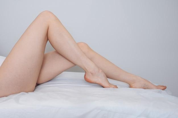 Vrouw lichaamsverzorging close-up van lange vrouwelijke gebruinde benen met perfecte gladde zachte huid pedicure gezond