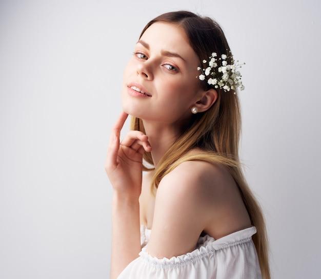 Vrouw lichte make-up witte jurk geïsoleerde achtergrond