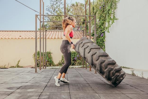 Vrouw lift trekker wiel