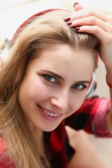 Vrouw liggen op de sofa luisteren muziek droom