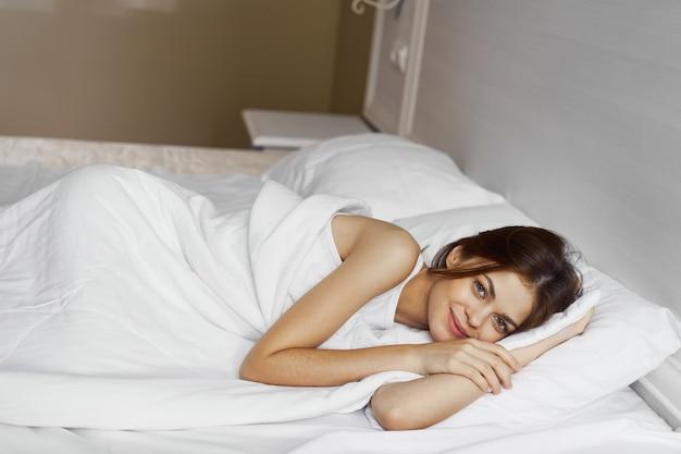 Vrouw liggend op bed rust comfort ochtend weekend