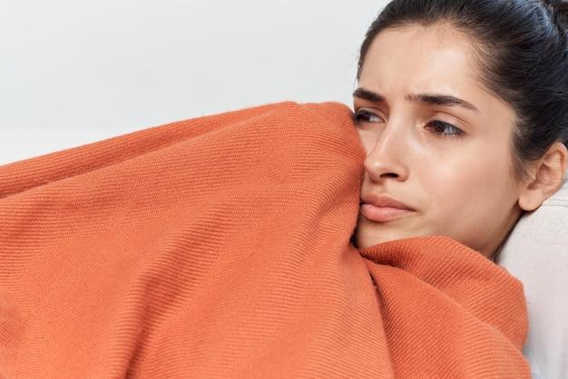 Vrouw liggend op de bank koude gezondheidsproblemen behandeling