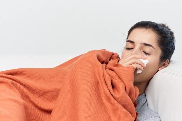 Vrouw ligt met gesloten ogen bedekt met een koude dekenbehandeling