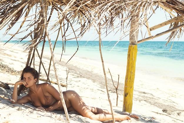 Vrouw ligt op het wilde strand