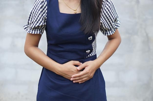 Vrouw lijdt aan buikpijnchronische gastritis buik opgeblazen concept