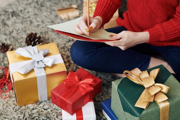 Vrouw lijst met cadeautjes maken