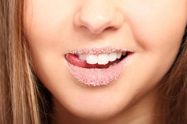 Vrouw lippen bedekt met suiker