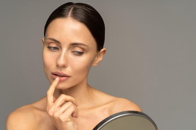 Vrouw lippenbalsem met vinger toe te passen