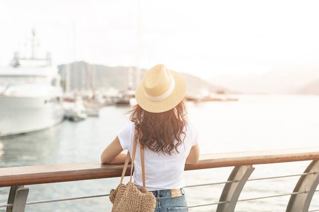 Vrouw lookint op schepen op zee