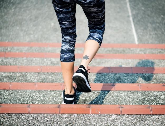 Vrouw loopt de trap af