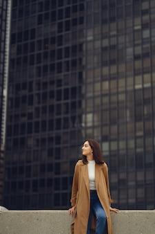 Vrouw loopt door de straten van chicago