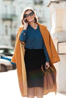 Vrouw lopen buiten praten via de telefoon