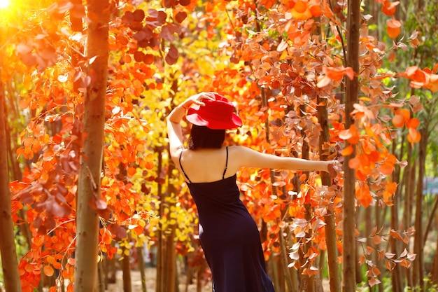 Vrouw lopen in fantasy flower dream oranje veld met mooie kleur in de zomer lente.