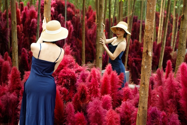 Vrouw lopen in fantasy flower dream pink field met prachtige kleur in de zomer lente.