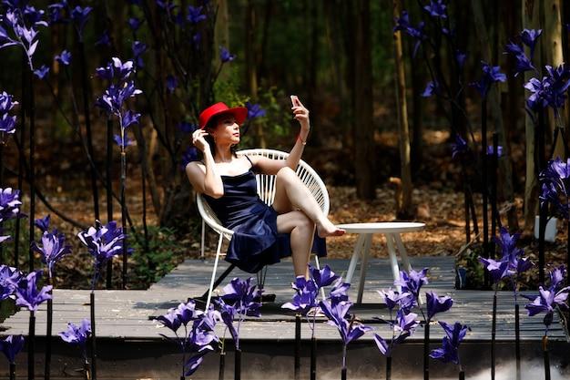 Vrouw lopen in fantasy flower dream-veld met prachtige kleur in de zomer-lente.