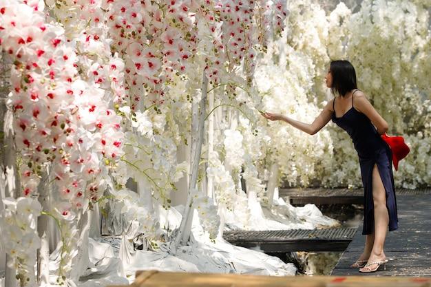 Vrouw lopen in het witte veld van fantasy flower dream met prachtige kleur in de zomer, lente