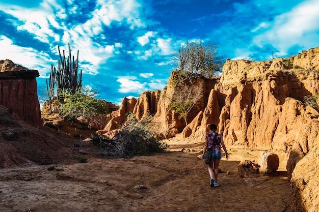 Vrouw lopen rond de rotsen in de tatacoa-woestijn, colombia