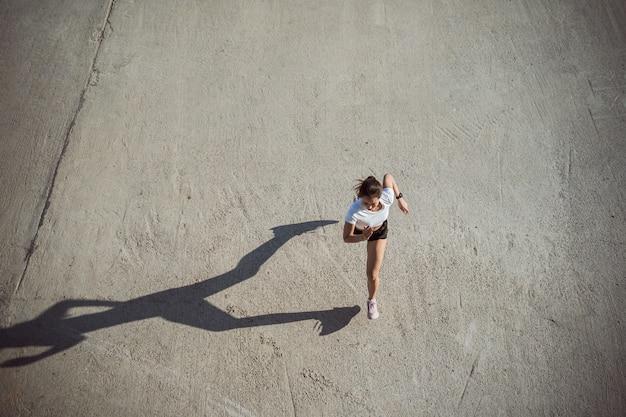 Vrouw lopers ochtend oefening, bovenaanzicht beeld