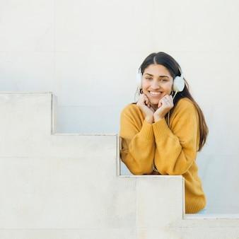 Vrouw luisteren muziek camera kijken