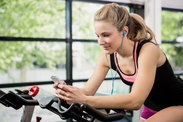 Vrouw luisteren muziek en sms